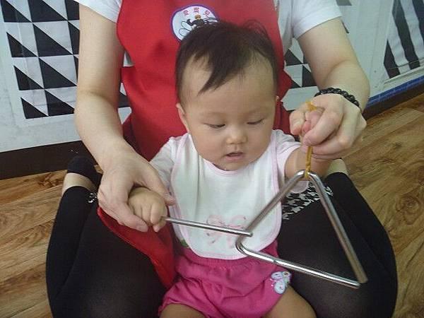 47_2015-05-14_三角小鐵琴05~聽覺智能,帶領小寶貝敲擊樂器!.jpg