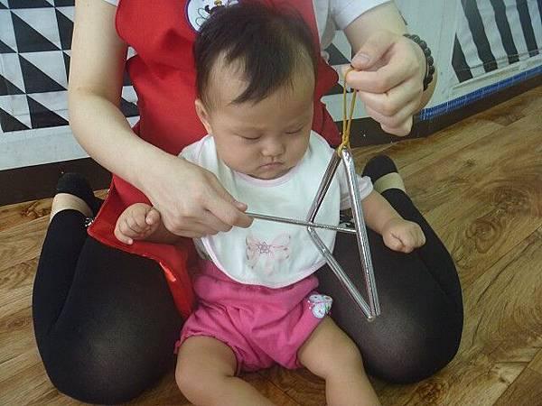 47_2015-05-14_三角小鐵琴02~聽覺智能,很認真地觀看呢!.jpg