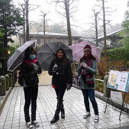 撐著傘走行程也不錯, 但超冷@@