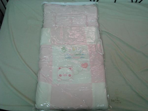 (o)九成新彌月禮粉紅豬包巾(圖一)