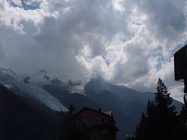 被雲擋住的白朗峰
