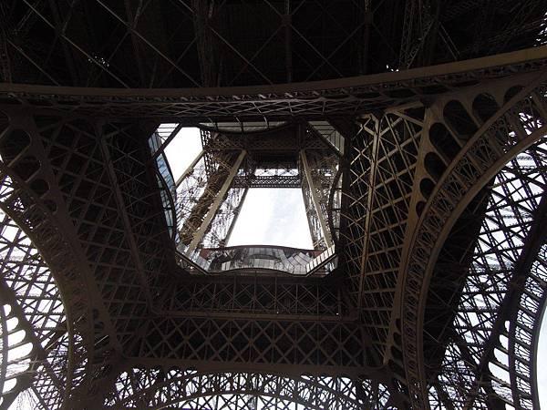 艾菲爾鐵塔下方.JPG
