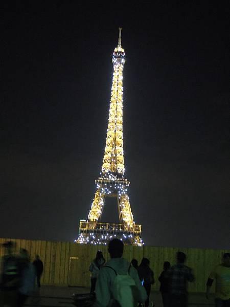 夜晚的艾菲爾鐵塔.JPG