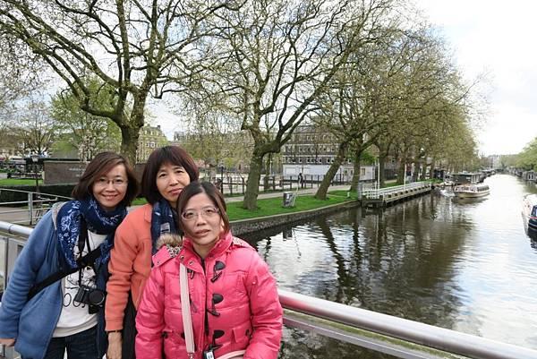 阿姆斯特丹運河遊船旁11.JPG