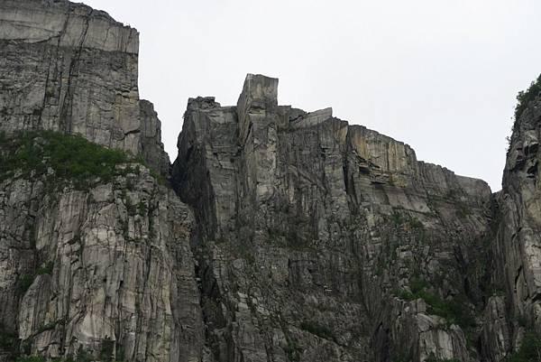 高聳的聖壇岩 (1).JPG