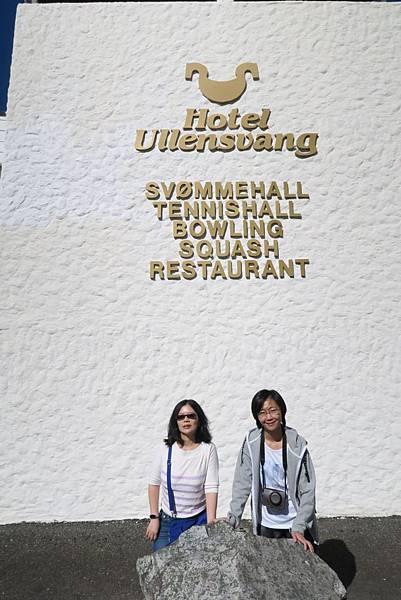 ULLENSVANG飯店門口 (3).JPG
