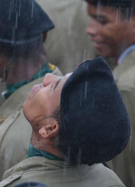 多名尼加士兵淋雨退色.jpg