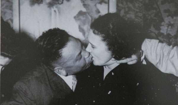 蔣經國接吻.jpg