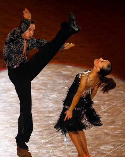世運運動舞蹈踢腿.jpg