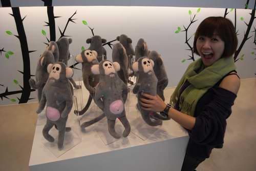 雪蕾抓猴子.jpg