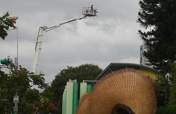 消防隊員看花博.jpg