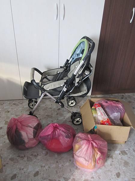 0904林小姐捐贈嬰兒推車1台、衣服4袋、食品等