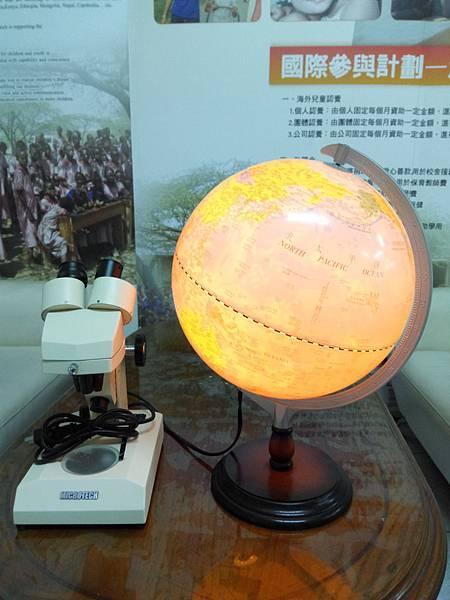 燈光地球儀與電子顯微鏡