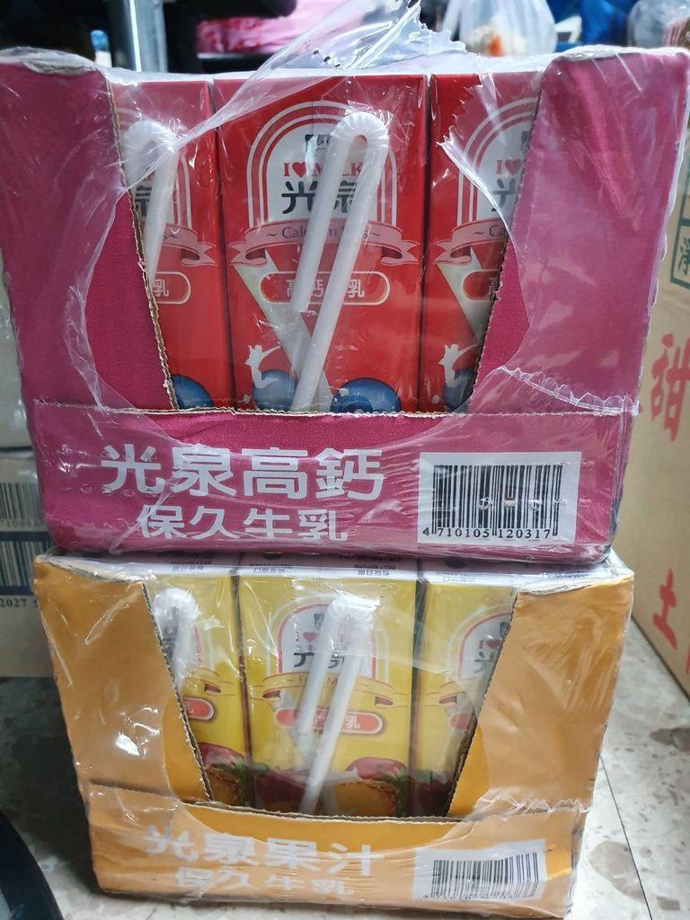 12.28商坤璋捐贈調味牛奶.jpg