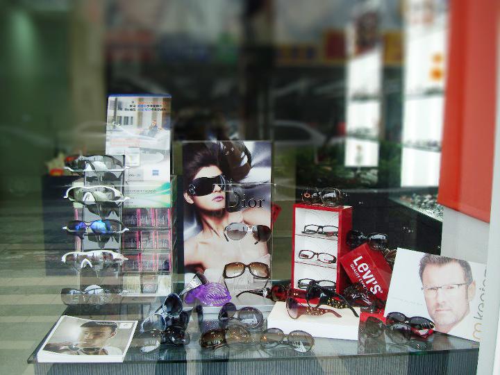寶美眼鏡櫥窗