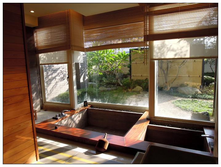 19_有馬溫泉湯屋_泡湯池與落地窗.jpg