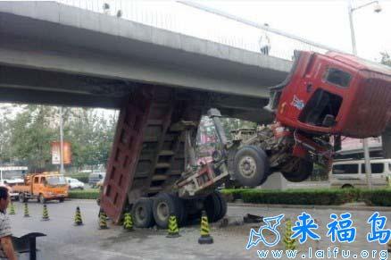 就叫你不要在橋下變型的咩.jpg