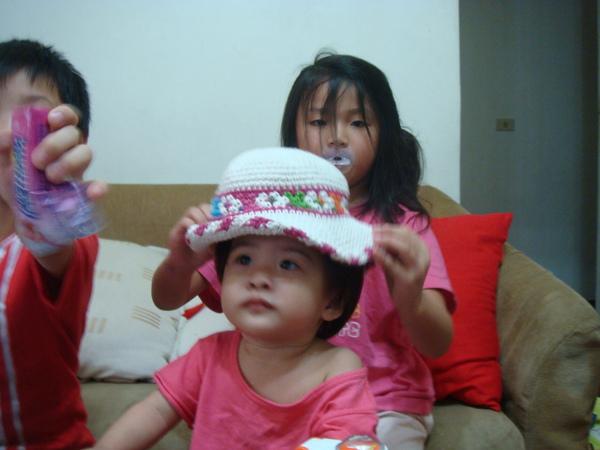 妹果幫妹妹帶帽帽(可愛)