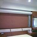 主臥床頭櫃及背牆