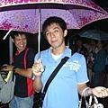 學長撐起小紅傘