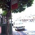 遮陽的公車路牌:)