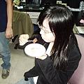 哈哈! 我們最愛看雅芬學姐吃蛋糕