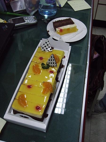 即將進來生化所的學妹送來的慰勞蛋糕