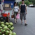 買椰子水的兩人