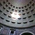 222米開朗基羅盛讚天使的羅馬萬神殿內時鐘.JPG