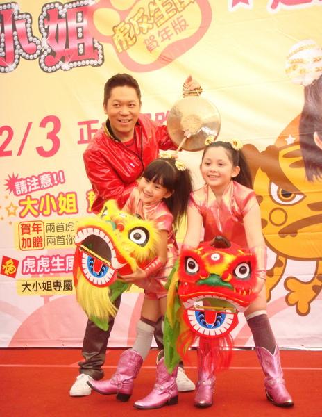 大小姐與阿亮在迪化街熱鬧舉行專輯改版簽唱會(左起阿亮、愛子、兆絃).JPG