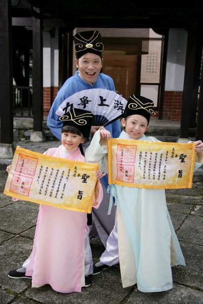 阿亮與愛子(左)、兆絃穿古裝拍新版的『老師老師』2_調整大小.JPG