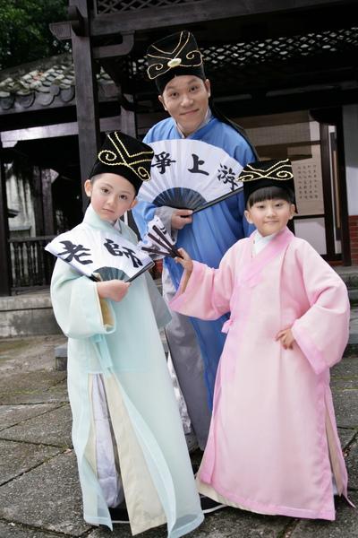 阿亮與愛子(右)、兆絃(左)穿古裝拍新版的『老師老師』6_調整大小.JPG