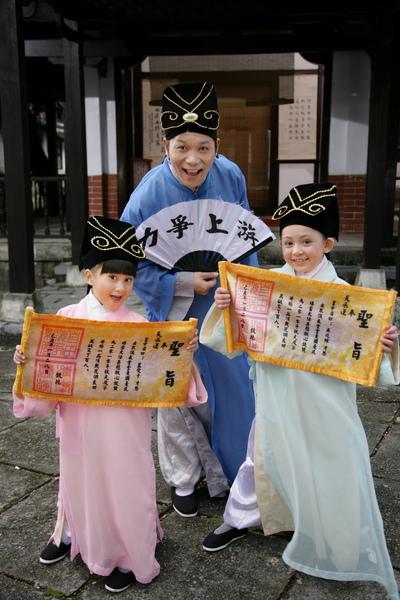 阿亮與愛子(左)、兆絃穿古裝拍新版的『老師老師』1_調整大小.JPG