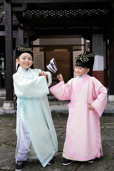 兆絃(左)和愛子拍新版『老師老師』活像演梁祝2_調整大小.JPG
