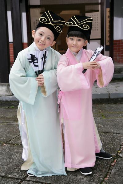 兆絃(左)和愛子拍新版『老師老師』活像演梁祝1_調整大小.JPG