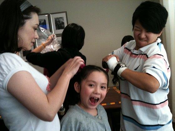 看兆絃的表情就知道媽媽及宣傳姊姊拆髮飾一定很-豪邁.jpg