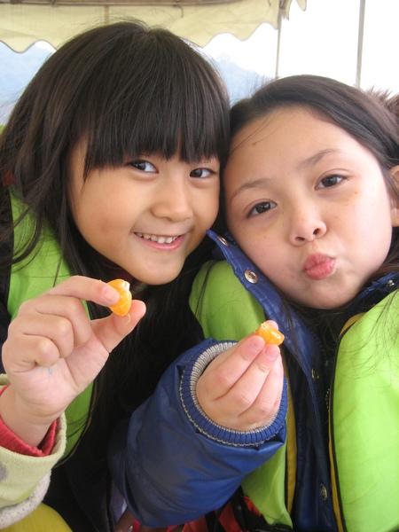 西湖船上吃小橘子.jpg
