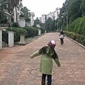 大小姐在飯店賽跑.jpg