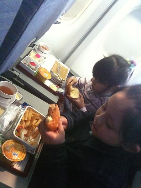 飛機餐兩人總是選擇先吃麵包.jpg