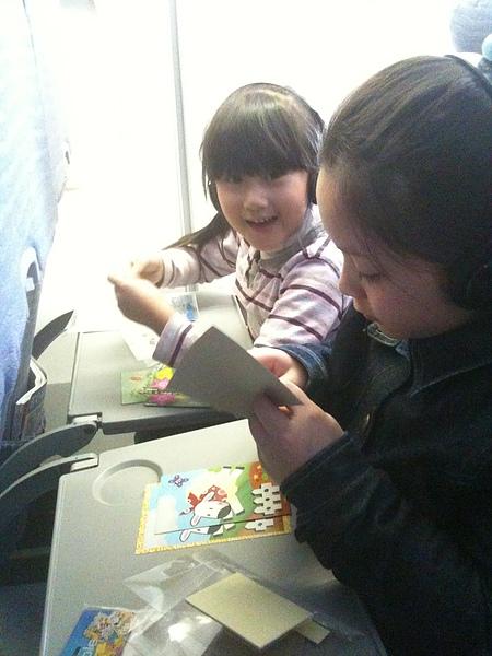 飛機上忙著做美勞.jpg