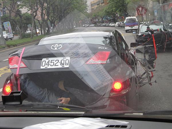 進行車拍~收音的袁師傅好辛苦得躲在後車廂裡.JPG