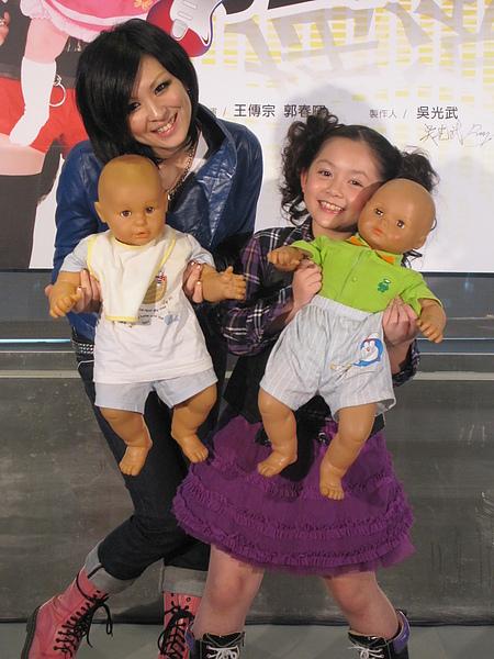與魏如昀姊姊展示包尿布的成果.JPG