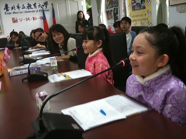 第一次坐麥克風的會議桌有讓大小姐很興奮.jpg