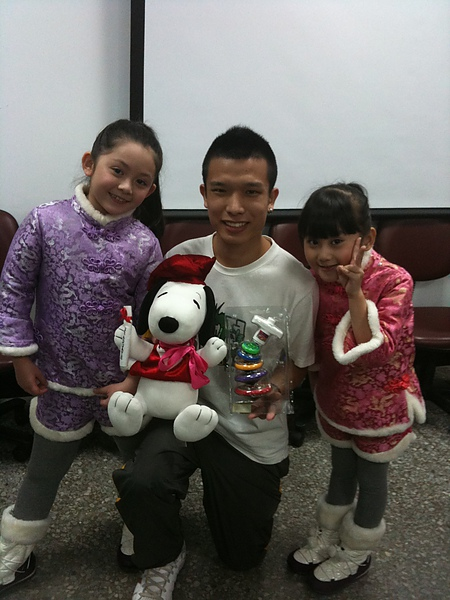 與熱心送二手玩具到偏遠地區參與活動的大哥哥合照.jpg