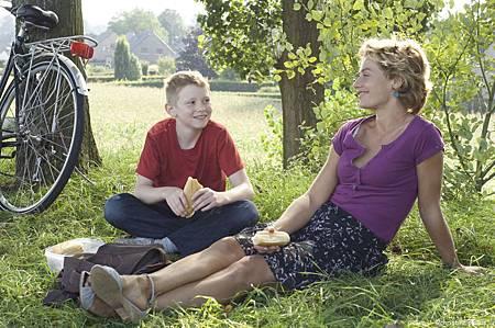 單車少年 Le gamin au velo. 西里爾 和薩曼莎坐在草地吃三明治