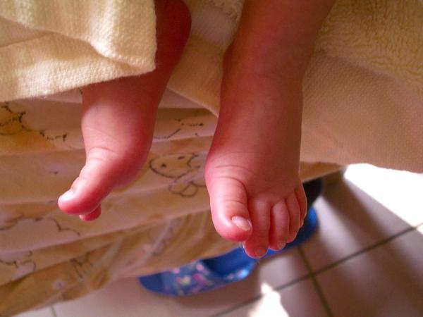 嫩的透明的小腳