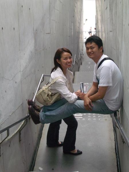 站兩個人就過不了的窄牆