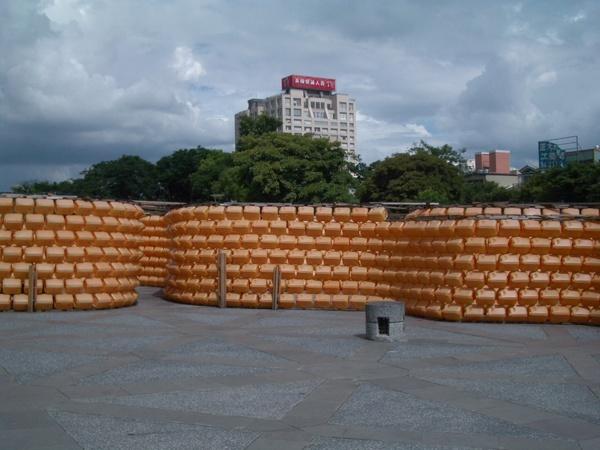 一整個怪的塑膠桶迷宮