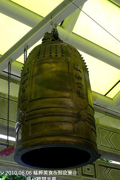 龍山寺捷運站旁的大鐘