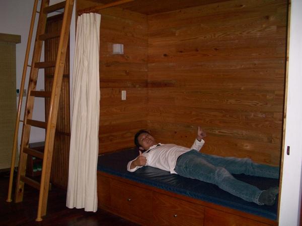 還有個兩人軟臥,旁邊樓梯爬上去是通鋪,所以睡八個人都沒問題